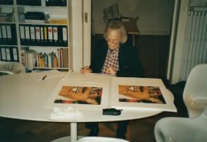 Timm Ulrichs beim signieren im KUNSTHAUS HANNOVER